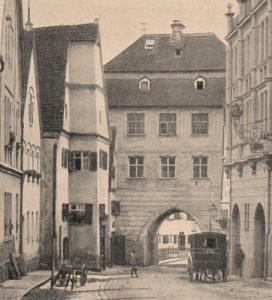 """Tauferhaus mit Rieder Tor aus: """"Schon wieder ein bedrohtes Städtebild""""; Süddeutsche Bauzeitung Nr. 49 (1902); Ausschnitt aus Abb. 5"""